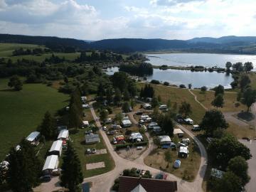 Emplacement camping vue sur lac